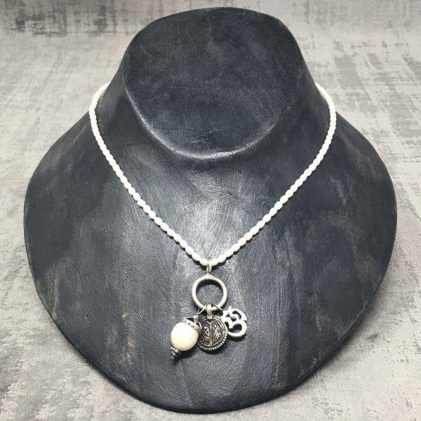 Collier amulettes Perle 40cm présentoir